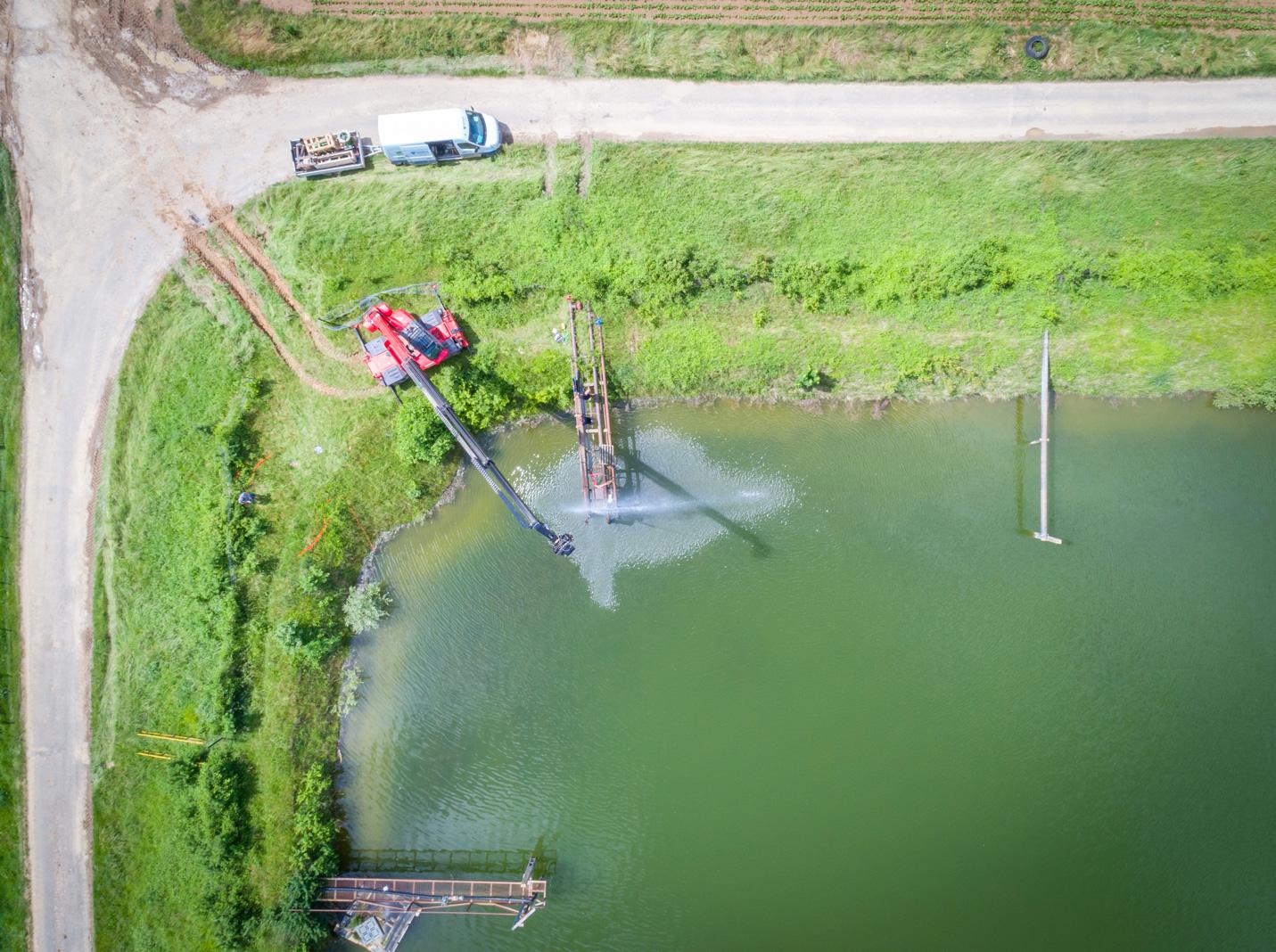 Mise en œuvre de la pompe d'irrigation au-dessus d'un bassin par la société Verhaeghe Irrigation